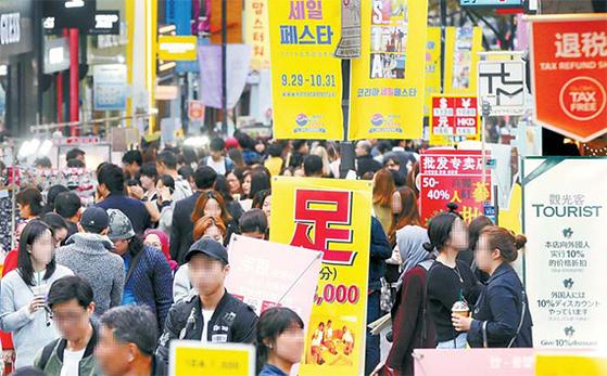 한국 정부가 '3No'(사드 추가배치, 미 MD 편입, 한·미·일 군사동맹 등에 대한 배제) 의사를 밝힌 이후 중국의 반한 조치가 점차 해제될 분위기를 보이고 있다. 사진은 지난해 10월 유커들이 서울 명동 거리를 가득 채우고 있는 모습. [중앙포토]