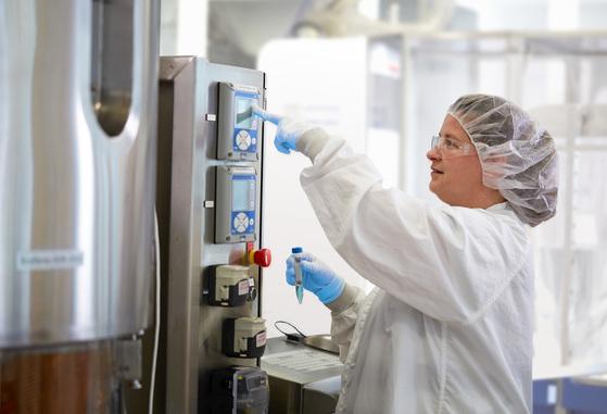 미국의 엑셀러렉스 세포배양 전문 연구원이 큐바이오 내 의약품 제조 및 품질관리 기준(GMP) 설비를 테스트하고 있다. [사진 GE]