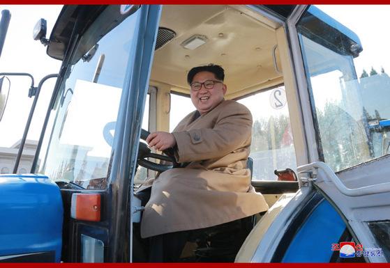 김정은 북한 노동당 위원장이 금성트랙터 공장을 현지지도했다고 북한 언론들이 15일 보도했다. 김 위원장이 이 공장에서 생산한 트랙터를 시운전하고 있다. [사진 조선중앙통신]