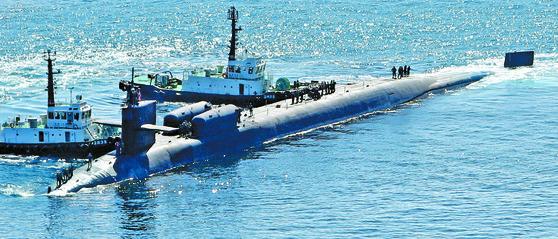 미국 핵 추진 잠수함 미시간1 미 핵추진 잠수함 미시건호 부산 입항 미국의 핵 추진 잠수함 미시간(SSGN 727)이 13일 부산항에 입항하고 있다. 지난 4월 25일 입항 이후 올해 두 번째 부산 방문이다. 오하이오급 잠수함으로 길이 170.6m, 폭 12.8m, 배수량 1만9천t으로 세계 최대 규모인 이 잠수함에는 사거리 2천㎞가 넘는 토마호크 미사일 150여 발이 실려 있다.송봉근 기자 (2017.10.13.송봉근)