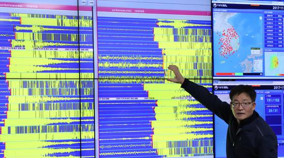 경북 포항시 북구 북쪽 9㎞ 지역에서 규모 5.4의 지진이 발생한 가운데 15일 오후 서울 동작구 기상청 국가지진화산종합상황실에서 기상청 직원들이 지진 데이터를 분석하고 있다. [사진공동취재단]