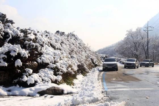 영동산간에 첫눈이 내린 4일 11㎝의 적설량을 기록한 미시령에서 차들이 서행하고 있다. [연합뉴스]