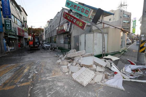 경북 포항시 북구 흥해읍 한 마트 외벽이 지진 영향으로 일부 무너져 차량 위로 떨어져 내렸다. [연합뉴스]