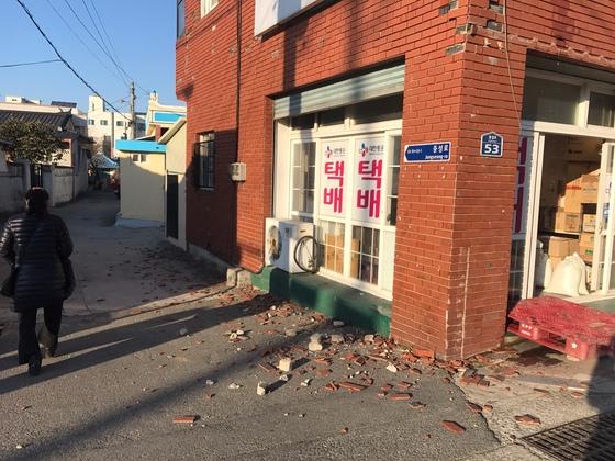경북 포항 북구 흥해읍 지진 진앙지 일대 건물 외벽이 일부 떨어져 내렸다. 김정석 기자