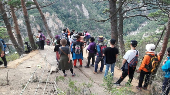 올해 가을 만경대 정상. 탐방예약제 등으로 인해 탐방객들이 줄면서 한결 여유있게 탐방을 할 수 있다. [사진 국립공원관리공단]