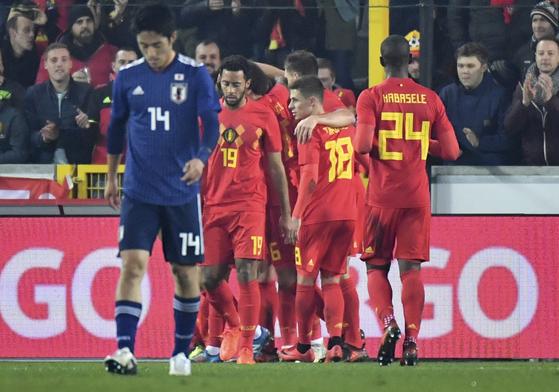 15일 벨기에 브뤼헤에서 열린 일본과의 평가전에서 루카쿠의 골 직후 함께 기뻐하는 벨기에 선수들. [AP=연합뉴스]