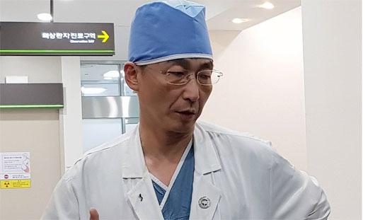 수술 마친 뒤 귀순 병사 상태 설명하는 이국종 교수[연합뉴스]