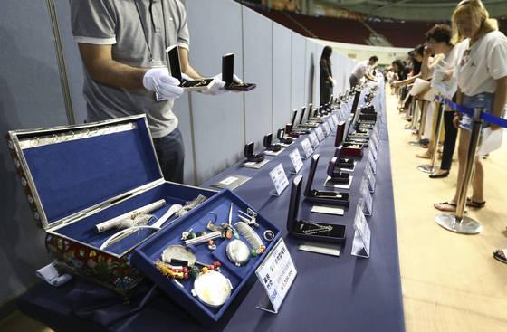 지난 6월 28일 경기도 안양실내체육관에서 입찰에 참여하기 전 고액체납자에게서 압류한 물품을 살펴보고 있다. 임현동 기자