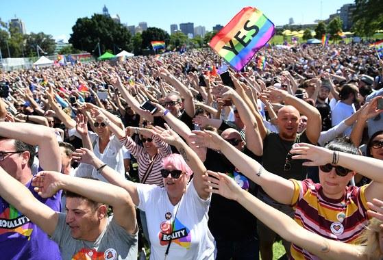 15일 호주 시드니에서 동성결혼 합법화 찬반 국민투표 결과가 압도적 찬성으로 나타난 직후 동성결혼 합법화에 찬성하는 시민들이 축하 행사를 벌이고 있다. [EPA=연합뉴스]