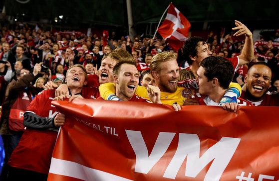 15일 아일랜드 더블린에서 열린 2018 러시아월드컵 유럽 지역 예선 플레이오프 2차전에서 월드컵 본선 진출을 확정한 뒤, 환호하는 덴마크 선수들. [로이터=연합뉴스]
