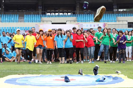 지난달 10일 서울 잠실종합운동장에서 열린 제7회 외국인근로자 체육대회에서 외국인 근로자와 가족들이 신발 멀리던지기 게임을 하고 있다. 김경록 기자