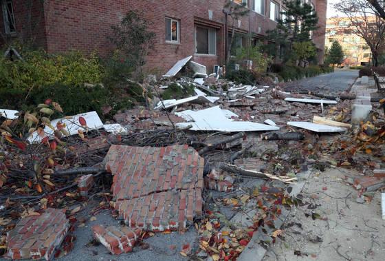 15일 포항에서 발생한 지진으로 한동대학교의 한 건물 외벽이 무너져 내려 파편이 뒹굴고 있다.[연합뉴스]