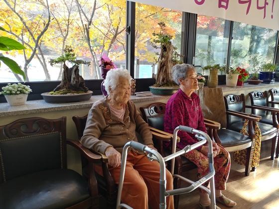 나눔의집 생활관 거실에서 이옥선(91·사진 왼쪽), 박옥선(94) 할머니가 뉴스를 보고 있다. 김민욱 기자