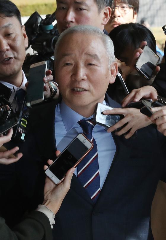검찰은 이날 남재준 전 국정원장에 대해 국고손실과 뇌물공여 등의 혐의로 구속영장을 청구했다. [우상조 기자]
