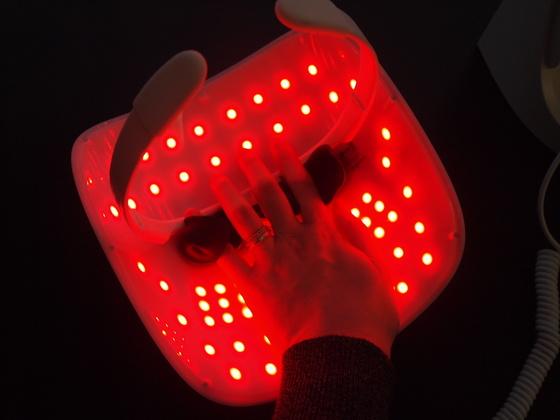 120개의 LED 광원이 피부에 닿아 피부 톤 케어 및 탄력 케어에 효과적인 LED 마스크.