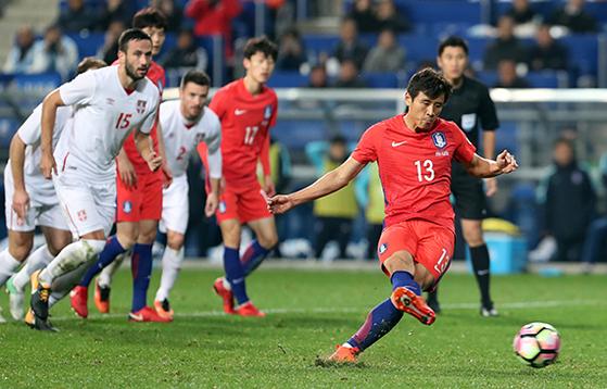 한국 축구가 두 차례 평가전에서 희망을 봤다. 지난 10일 남미의 강호 콜롬비아와의 경기에서 승리를 거둔 데 이어 14일 유럽의 강팀 세르비아와는 1 -1 무승부를 기록했다. 구자철(오른쪽)이 후반 17분 페널티킥 동점골을 터트리고 있다. [울산=연합뉴스]