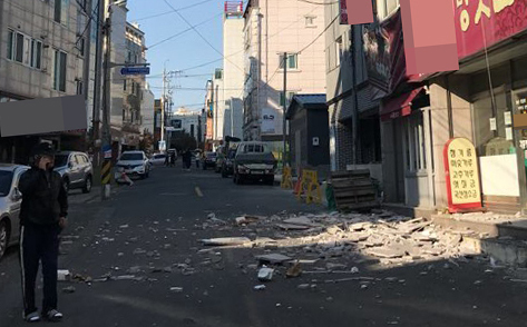 지진에 부서진 포항 시내 건물 외벽   (포항=연합뉴스) 15일 오후 경북 포항시 한 건물 외벽이 지진 충격으로 부서져 있다. 기상청은 이날 오후 2시 29분께 경북 포항시 북구 북쪽 6㎞ 지점에서 규모 5.5 지진이 발생했다고 밝혔다. 2017.11.15 [독자 제공=연합뉴스]   photo@yna.co.kr (끝) <저작권자(c) 연합뉴스, 무단 전재-재배포 금지>