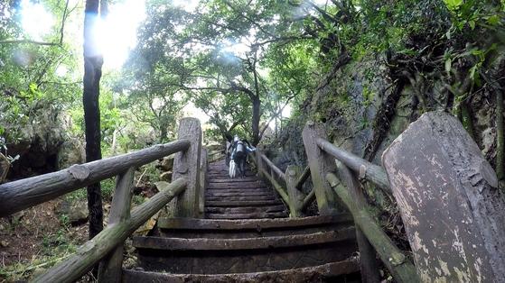 그로토로 이어지는 계단. 다이빙을 마친 뒤 100개가 넘는 가파른 계단을 오르는 일은 고역이다.