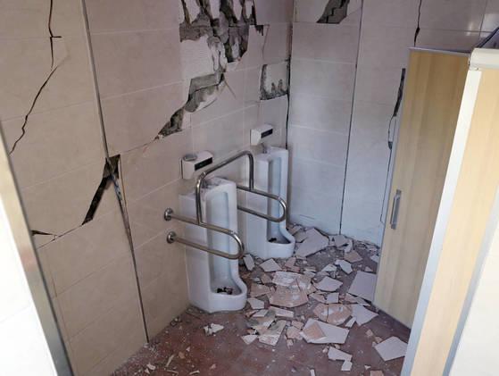 15일 포항에서 발생한 지진으로 한동대학교의 한 건물 화장실이 심하게 부서져 있다. [연합뉴스]