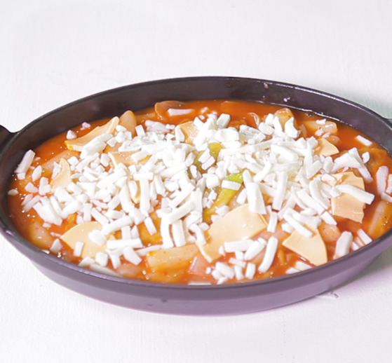 치즈는 모짜렐라와 체다 치즈를 골고루 섞으면 흰색과 노란색이 함께 있어 더욱 먹음직스러워 보인다. 단 너무 많이 올리면 치즈 녹는 시간이 오래 걸리기 때문에 피하는 게 좋다.