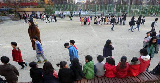 15일 오후 대구시 동구 봉무초등학교에서 학생들이 운동장으로 대피해 있다. 기상청은 이날 오후 2시 29분께 경북 포항시 북구 북쪽 6㎞ 지점에서 규모 5.5 지진이 발생했다고 밝혔다. [연합뉴스]