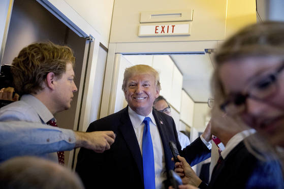 도널드 트럼프 미국 대통령이 14일(현지시간) 워싱턴으로 돌아오는 에어포스원 기내에서 동행한 기자들과 기자간담회를 하고 있다.[AP=연합뉴스]