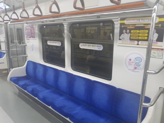 모든 승객이 내린 분당선 왕십리역에서 찍은 분당선 열차의 임산부 배려석. 벽면에 하얀 스티커가 임산부 배려석임을 알리는 전부다. 이런 자리가 6개 칸에 4개만 있다. 함종선 기자