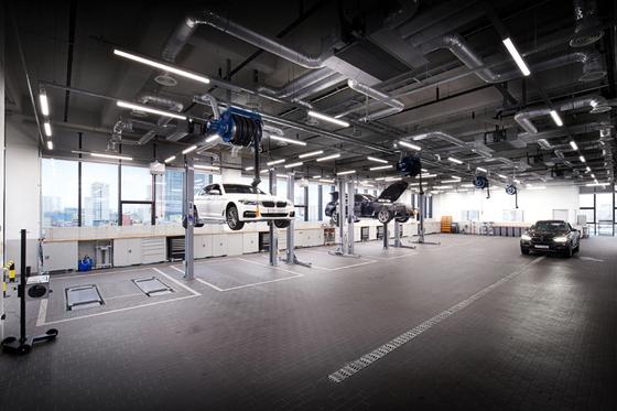 성수동 도이치모터스 BMW 성수통합서비스센터 7층에서 정비중인 차량 [사진 BMW그룹코리아]