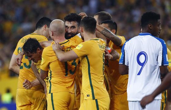 15일 러시아월드컵 대륙간 플레이오프 온두라스전에서 골을 넣고 동료들의 축하를 받는 호주 미드필더 마일 예디낙. [AP=연합뉴스]