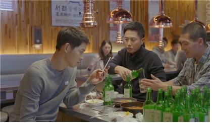 지난해 방영된 지상파 드라마에서 군인 신분의 주인공과 친구들이 '무박 3일' 술자리를 갖는 모습. [사진 보건복지부]