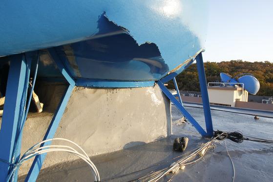 15일 오후 경북 포항을 강타한 규모 5.4의 지진으로 포항시 북구 흥해읍 한동로 인근 아파트 옥상 물탱크가 파손돼 있다. 포항=프리랜서 공정식