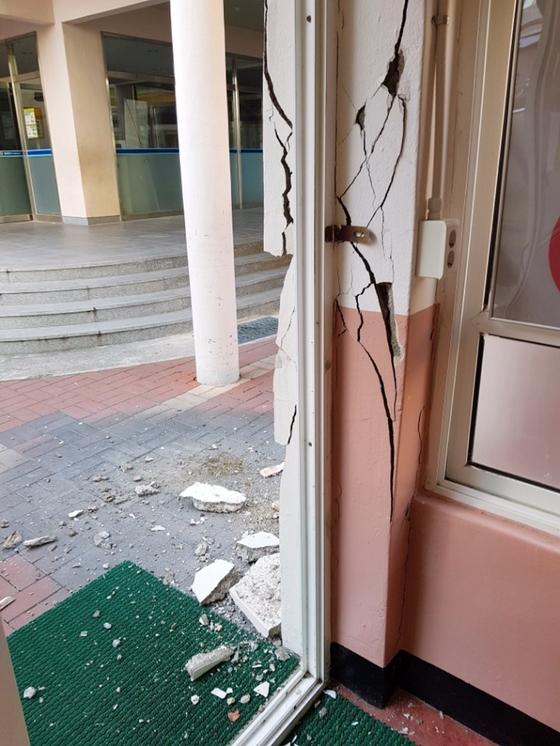 15일 발생한 지진으로 경북 포항 한 초등학교 건물 기둥과 벽 일부가 금이 가거나 부서졌다. [독자 제공=연합뉴스]