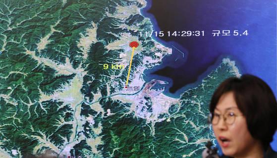 경북 포항시 북구에서 규모 5.4의 지진이 발생한 15일 오후 서울 동작구 기상청 브리핑룸에서 이미선 기상청 지진화산센터장이 이번 지진 관련 브리핑을 하고 있다. [연합뉴스]