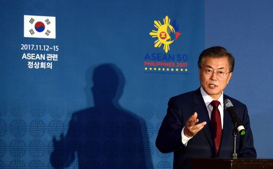 APEC, 아세안 정상회담 등 동남아시아를 찾은 문재인 대통령이 14일 오후 필리핀 젠호텔 중앙기자실을 방문해 순방 성과에대해 브리핑 하고 있다. [청와대사진기자단]