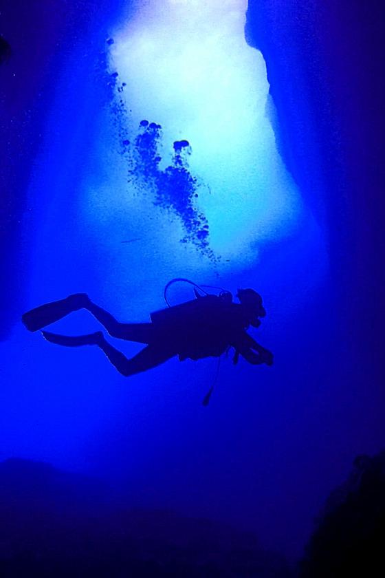 그로토는 동굴 3개가 이어져있는데 물속까지 빛이 비치는 장면이 신비롭다.