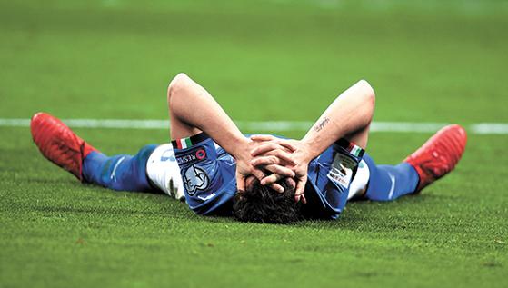 이탈리아가 14일 밀라노에서 열린 2018 러시아 월드컵 유럽예선 플레이오프 2차전에서 스웨덴과 비겨 1?2차전 합계 0-1로 탈락했다. 이탈리아가 월드컵 본선에 진출하지 못한 건 60년 만의 일이다. 탈락 확정 직후 그라운드에 드러누운 이탈리아 미드필더 알레산드로 플로렌치. [밀라노 신화=연합뉴스]