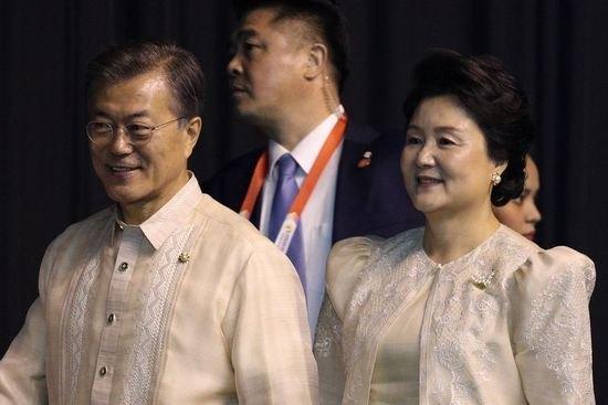 문재인 대통령과 김정숙 여사가 12일 오후(현지시간) 필리핀 마닐라 몰오브아시아 SMX 컨벤션 센터에서 열린 '아세안(ASEAN 동남아시아국가연합) 50주년 기념 갈라만찬'에 참석하고 있다. [AFP 뉴스1]