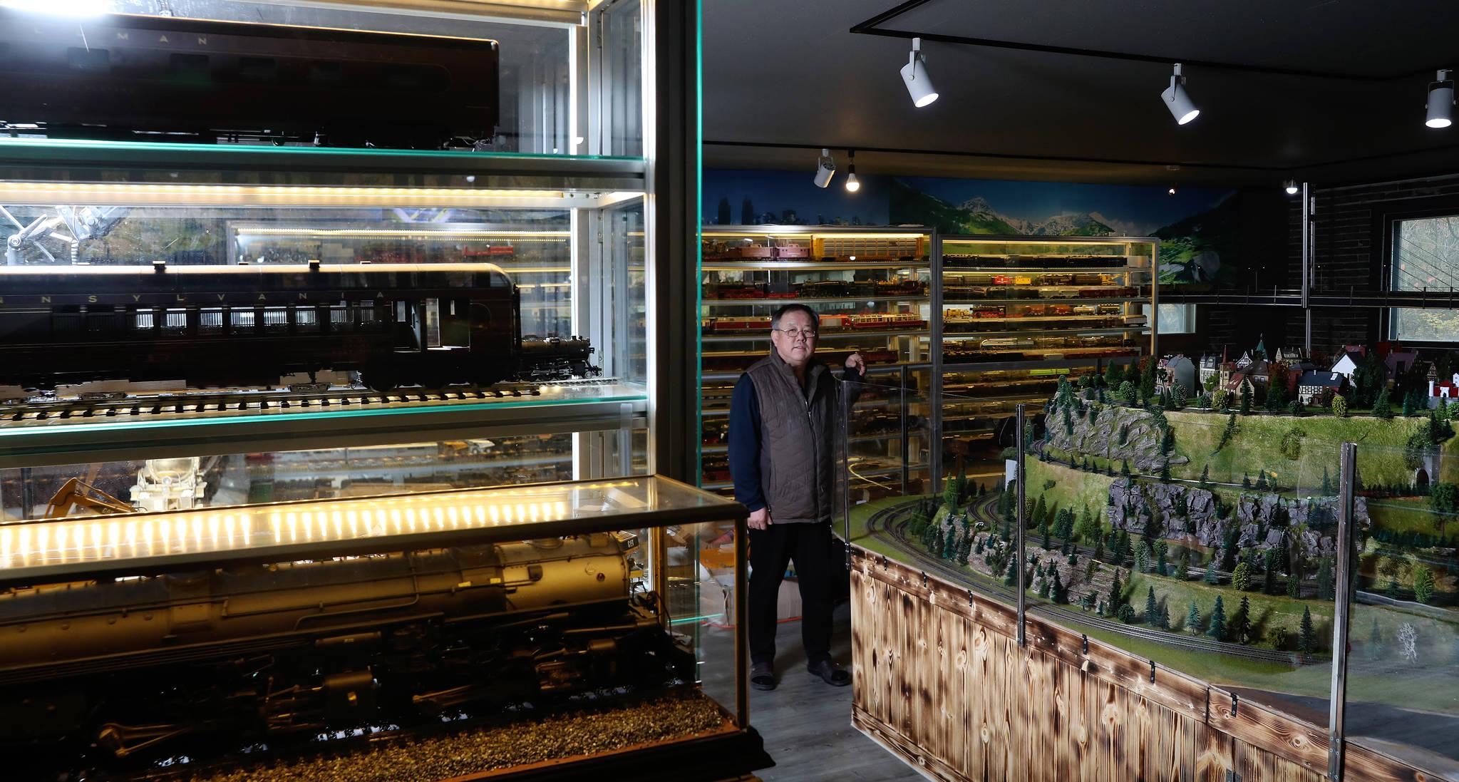기차 왕국을 꿈꾸며 40여년간 황동 조각으로 미니어처 기차를 만들어 온 이현만씨가 인천 남동구 기차 왕국 박물관을 바라보고 있다. 박물관 내부에는 부품 제작부터 조립 후 완성까지 모든 과정을 수작업으로 진행한 그의 작품 260여점이 전시되어 있다. 우상조 기자