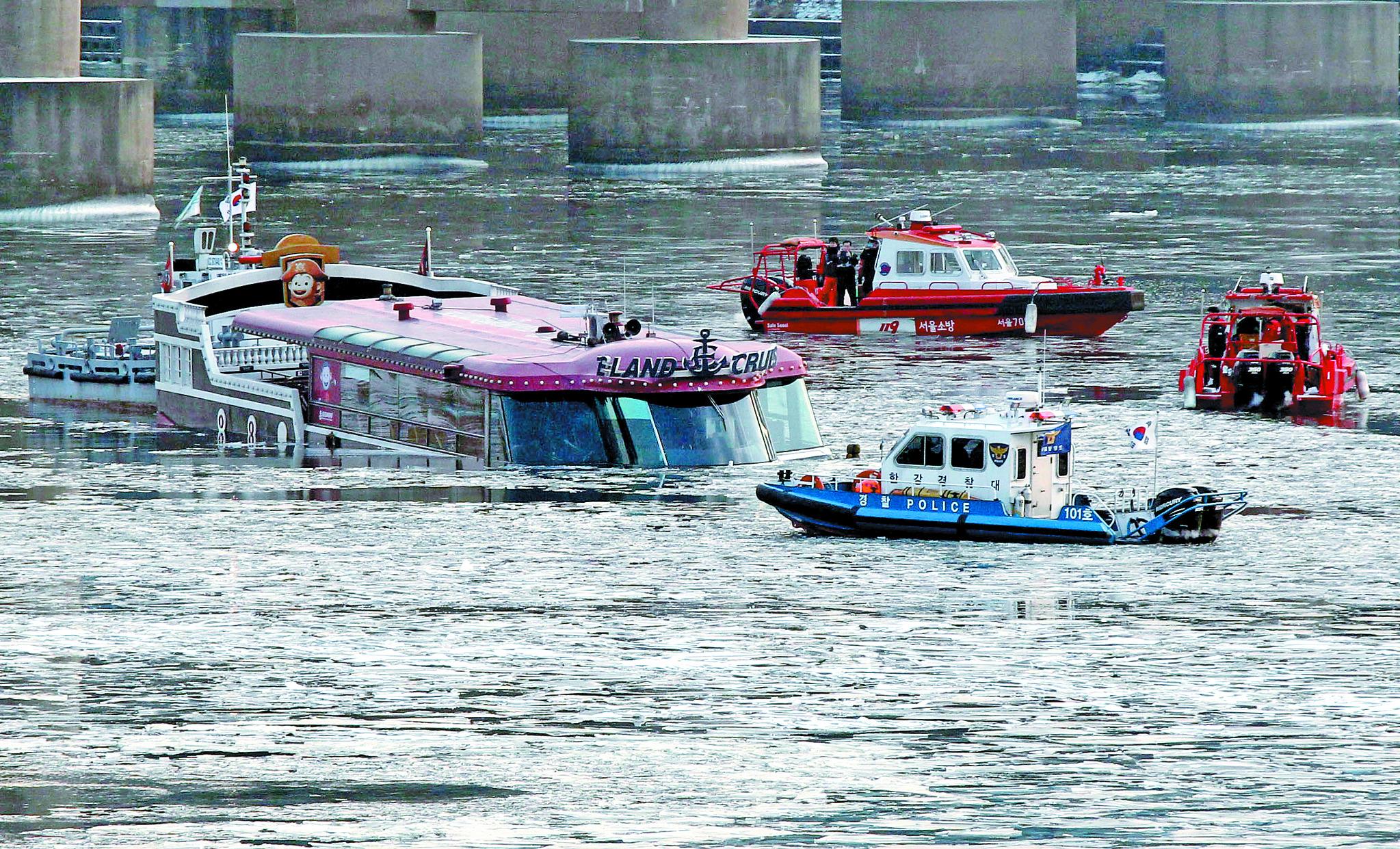 이랜드 크루즈사의 125t급 유람선이 2016년 1월 26일 오후 2시30분쯤 서울 영동대교 인근에서 침수됐다. 탑승자 11명은 119수난구조대에 의해 20여 분 만에 모두 무사히 구조됐다. [중앙포토]