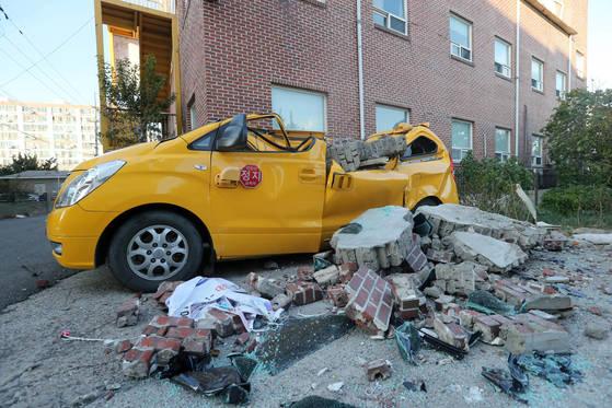15일 오후 2시 29분께 경북 포항시 북구 북쪽 6㎞ 지점에서 규모 5.4 지진이 발생했다. 포항시 북구 흥해읍 한 어린이집 외벽이 무너져 차량이 파손됐다. [연합뉴스]