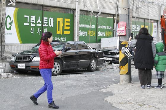 15일 오후 경북 포항을 강타한 규모 5.4의 지진으로 포항시 북구 흥해읍 한동로 인근 마트 일부가 무너지고 차량이 파손된 채 널브러져 있다. 포항=프리랜서 공정식