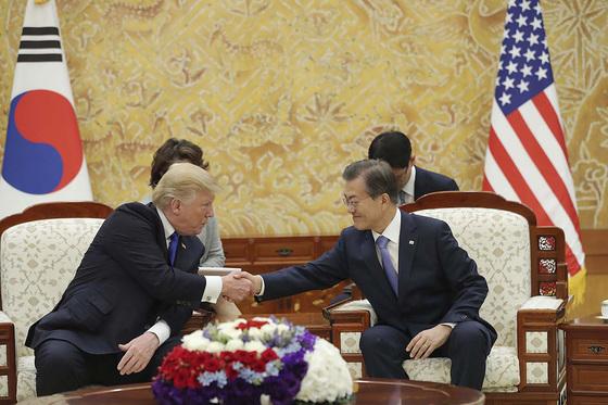 문재인 대통령과 도널드 트럼프 미국 대통령이 7일 오후 청와대 접견실에서 열린 단독 정상회담에서 악수를 나누고 있다. [뉴스1]