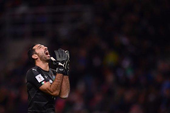 이탈리아 골키퍼 부폰의 러시아 월드컵 본선 진출 꿈이 좌절됐다. 부폰은 대표팀 은퇴를 선언했다. [사진 FIFA 트위터]