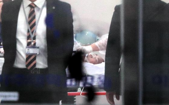 북한군 1명이 13일 총상을 입은 채 판문점 공동경비구역(JSA) 을 통해 귀순했다. 귀순 과정에서 북한군의 총격을 받은 것으로 보이는 병사가 경기도 수원 아주대병원에서 수술실로 옮겨지고 있다. [연합뉴스]