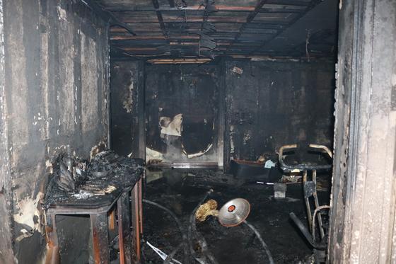 지난 14일 경기도 성남시 분당의 한 아파트에서 발생한 화재 사고 현장. 소방 당국은 집 안의 전기매트에서 사고가 난 것으로 추정하고 있다. [사진 분당소방서]