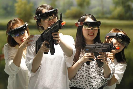 지난 6월 11일 대구에서 열린 'MRA 2017 혼합현실 페스티벌 대구'에서 시민들이 마이크로소프트의 MR 기기인 홀로렌즈로 게임을 즐기고 있다. [중앙포토]