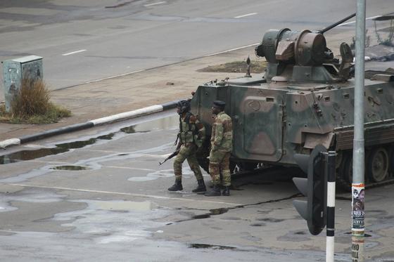 15일 짐바브웨 군부는 무가베 대통령의 부통령 경질에 반발해 사실상 쿠데타를 일으켰다. 이날 수도 하라레는 군 병력과 탱크가 장악했다.[AP=연합뉴스]
