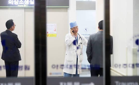 14일 오후 경기도 수원시 아주대병원 경기남부권역외상센터에서 전화통화를 하고 있는 이국종 교수. [연합뉴스]