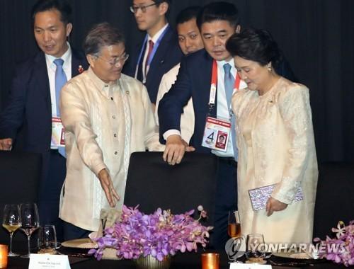 문재인 대통령이 12일 오후(현지시간) 필리핀 마닐라 몰오브아시아 SMX 컨벤션 센터에서 열린 '아세안(ASEAN 동남아시아국가연합) 50주년 기념 갈라만찬'에서 김정숙 여사의 의자를 빼주며 자리를 권하고 있다. [연합뉴스]