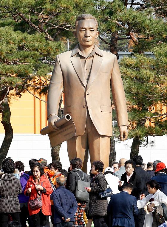 박정희 전 대통령 지지자들이 14일 경북 구미시 상모동 박정희 동상 앞에 모여 있다. [프리랜서 공정식]